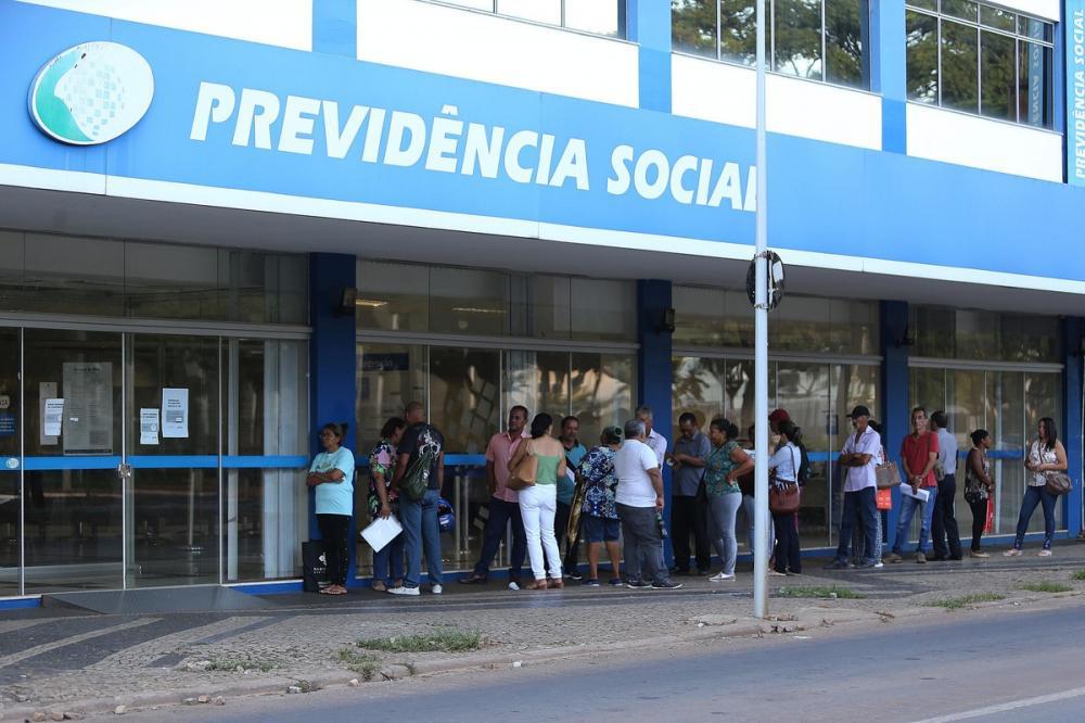Anúncio de reabertura do INSS causa aglomeração e confusão em Goiás